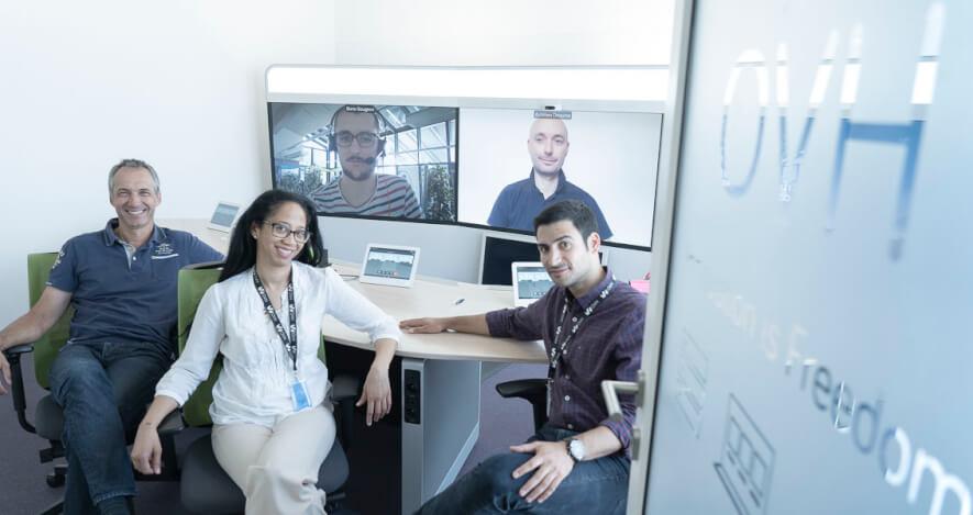 Image de l'équipe OVH dans une salle de conférence