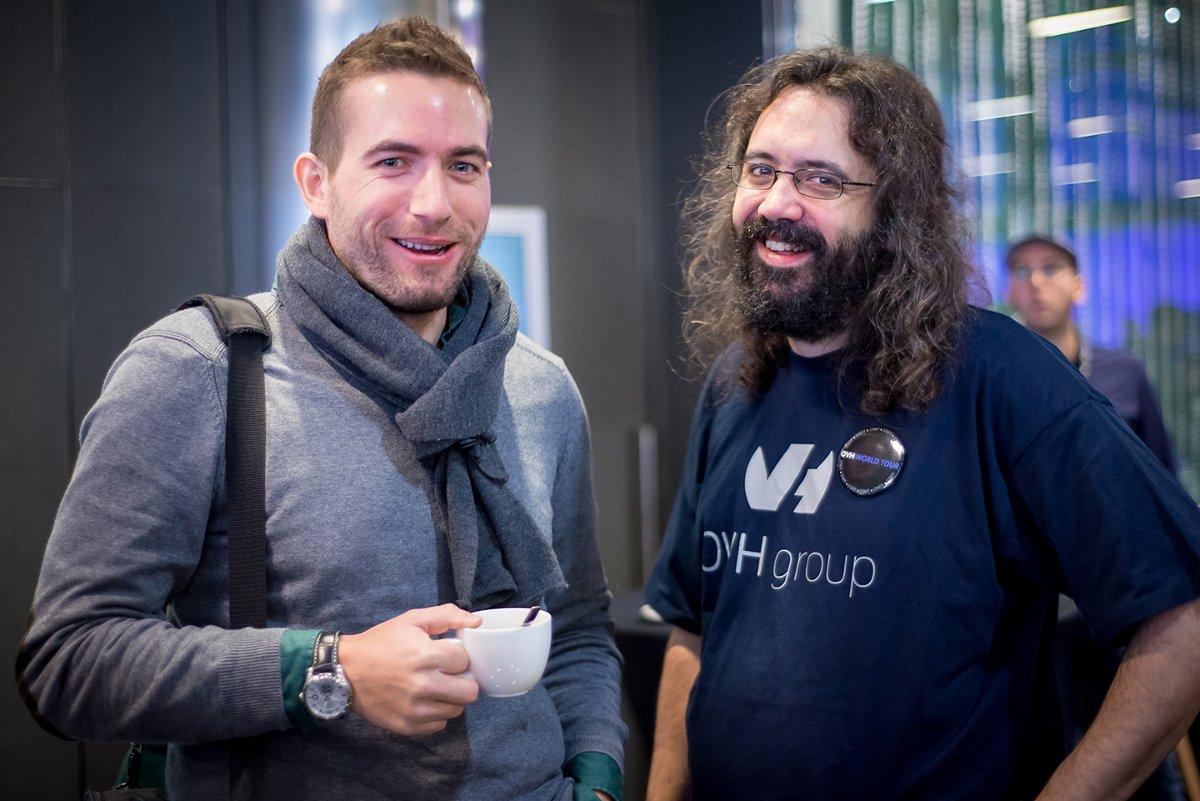 Gilles Danycan discute avec Sylvain Trias, lead developer chez OVH Espagne.