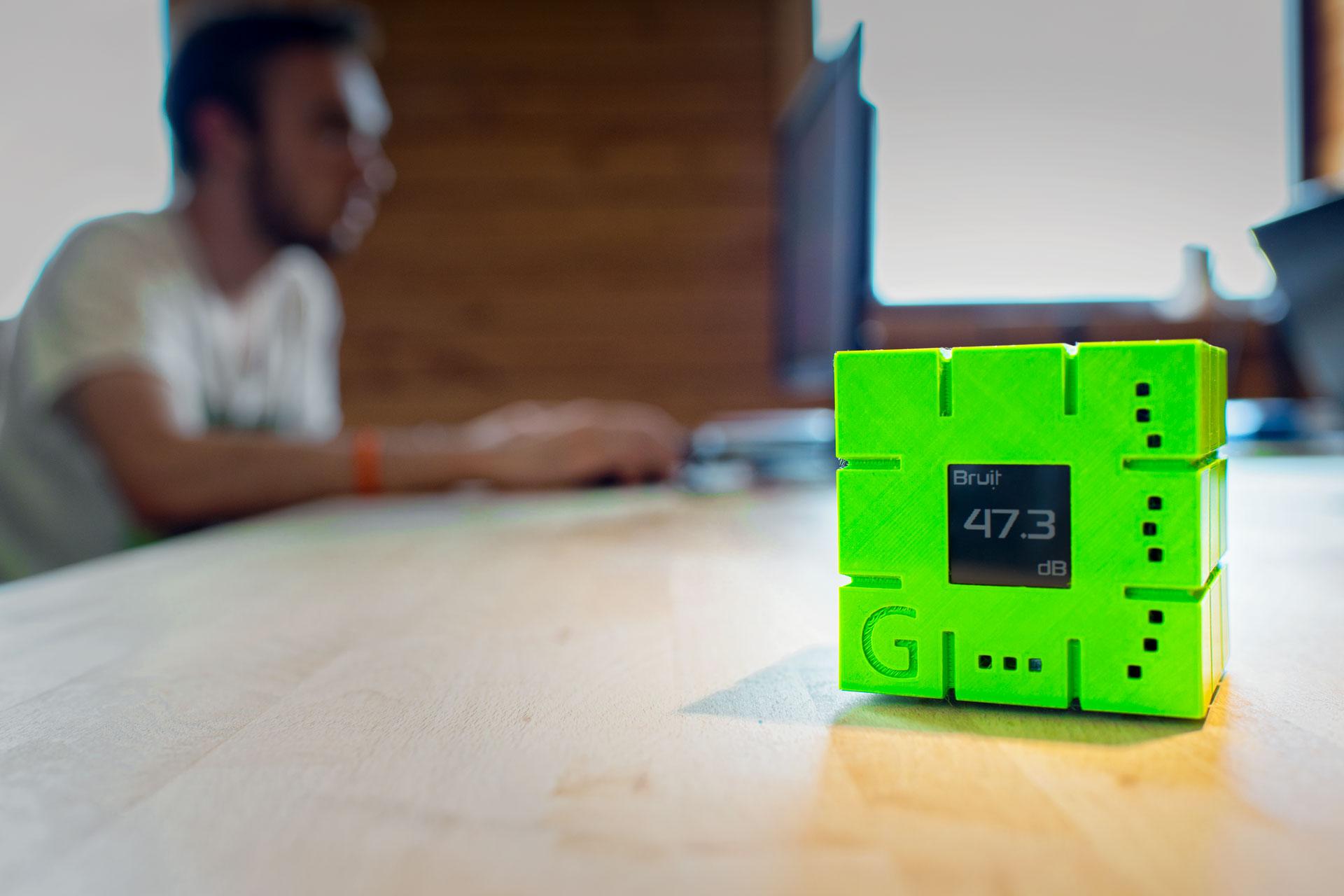 GreenMe, le cube connecté, surveille en continu 10 paramètres de votre environnement de travail.
