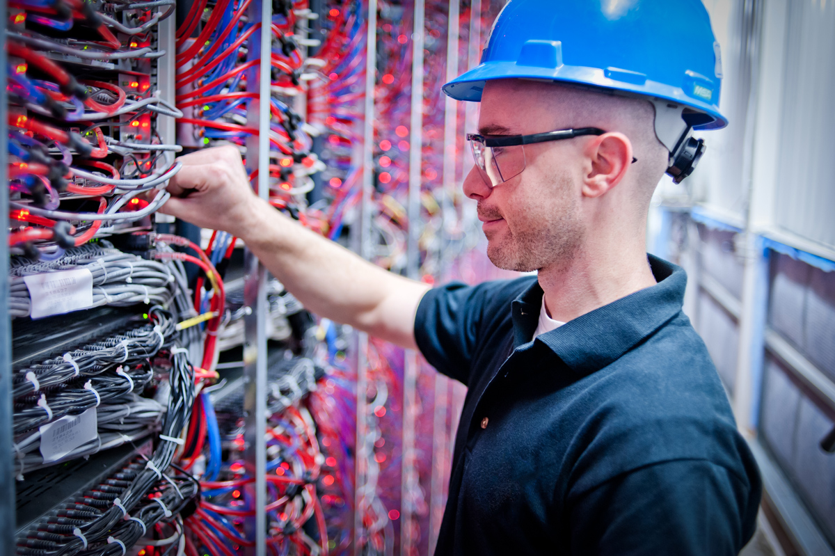 Au sein du datacentre, tout est pensé pour permettre aux équipes d'assurer facilement la maintenance des serveurs et intervenir rapidement en cas de problème.