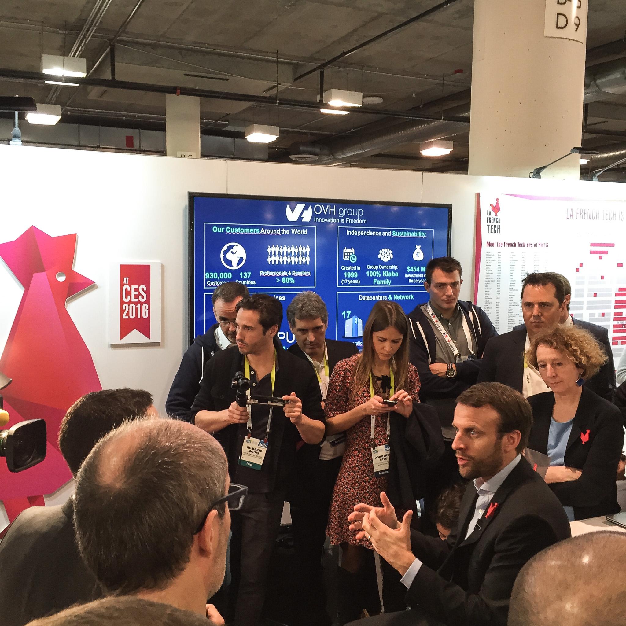 Le ministre de l'Economie Emmanuel Macron, en visite sur le stand de la French Tech.