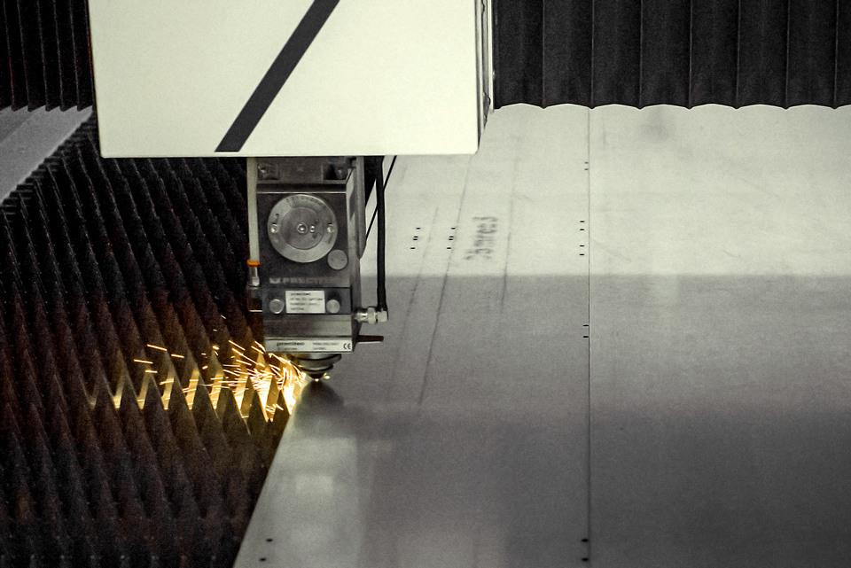 Le laser peut découper jusqu'à 6mm de tôle.