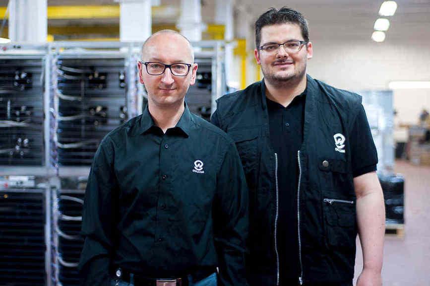 Jean-François Pillot, directeur de la production et des achats, et Maxime Delemarle, chef d''atelier production chez OVH.com.