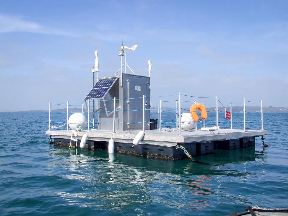 La base à terre et le ponton en mer à 1.1 km des côtes, hauteur d'eau entre 7 et 14 mètres environ suivant la marée.