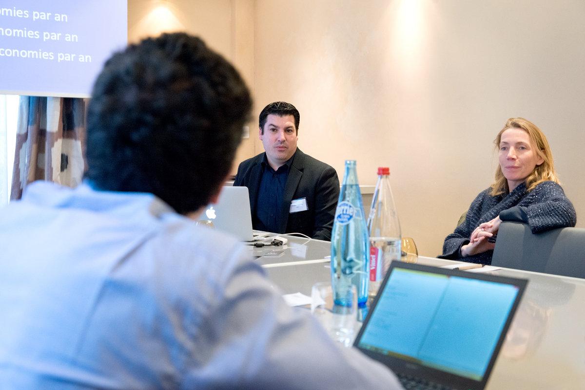 Sébastien Almiron, chef et de produit noms de domaine, et Céline Farre, reponsable du programme partenaires chez OVH, à l'écoute d'un client.