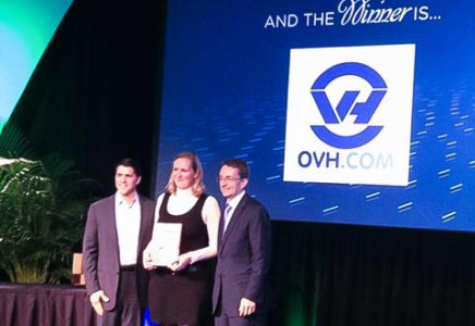 Hélène Caraux, OVH.com Cloud product manager, receives the Global Service Provider trophy from Carl Eschenbach, President and COO (left) and Pat Gelsinger, CEO, both with VMware.